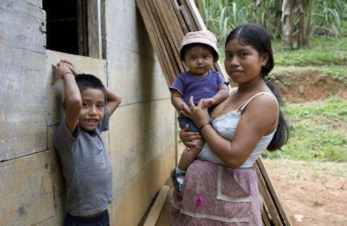 a mother with her children in Guatemala. they benefit from Enfants du Monde's health care project